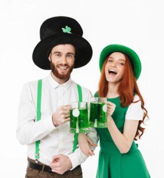 feliz-pareja-joven-vestida-disfraces suerte celebrando-dia-san-patricio-aislado-sobre-pared-blanca-bebiendo-cerveza